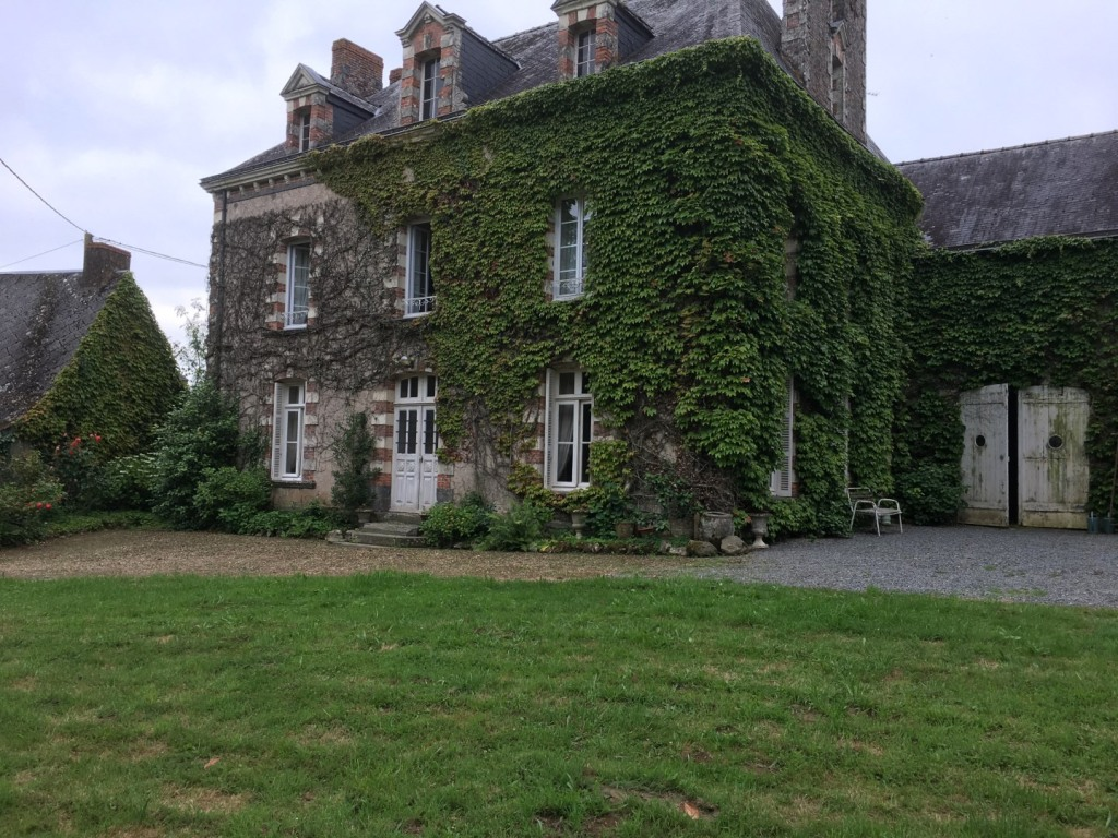 france, chateau, french, house, home, maison, manor, country, countryside, vines, ivy, windows, mansard, stone, beautiful, old, 17th century, garden, mysterious