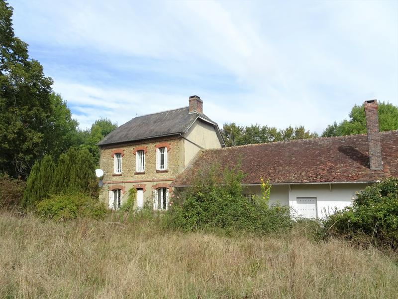 Fabulous opportunity to acquire a former stud farm with 40 acres  of land in the much sought after breeding area close to the National Stud at Haras du Pin. There is work to be done but that is reflected in the price, rarely do properties like this come available.  This former stud was previously used for raising thoroughbred horses. It has a generous size house with spacious rooms and a two bedroom gite  attached, both of which require some upgrading.  Outside there is a stable block with seven boxes, including three large foaling boxes with a large area above. There is a further building  with two smaller boxes, aviary and chicken house. A large hangar provides plenty of room for storage and there are a number of paddocks and fields.