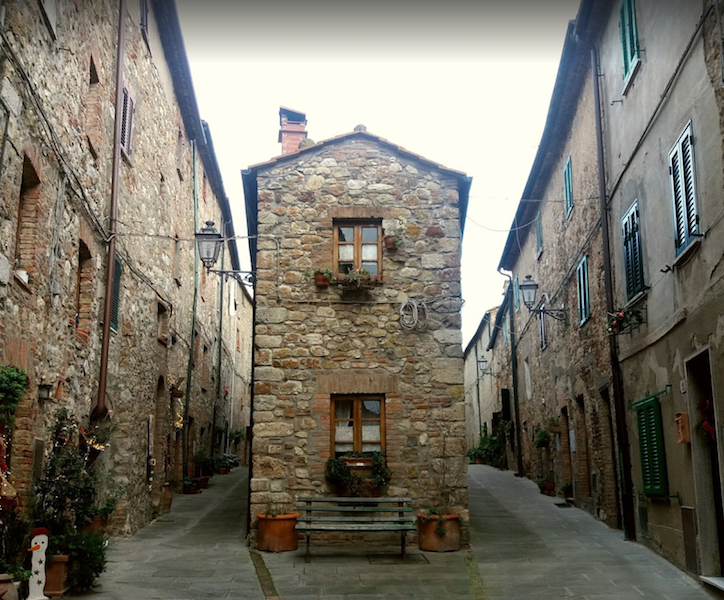 """Historic house on the Bocca di Valle Pass, Castagneto Carducci We offer a small and romantic tower-house of 39 square meters in total. on 2 floors located in a small village near the Castello, Monteverdi Marittimo 20 minutes drive from Castagneto Carducci and Suvereto and is as follows: Ground level: kitchen and living room with stove connected by an arch, Second level: double bedroom with bathroom and dressing room. Externally there is a small space where you can eat or read a non-exclusive book Visit Tuscany describes this area of Tuscany as """"small fortified villages immersed in abundant nature"""":  Immersed in a beautiful countryside, the area has many places worth visiting, one of which is Canneto  which is still surrounded by its original wall. This small village has a  special oval layout, with numerous tower-houses and the stunning Parish Church of San Lorenzo  The wild and untouched nature is on the rugged south-western slope of  the Metalliferous Hills, making the area a particularly suitable  destination for lovers of trekking and bicycle tours. The forests and  Mediterranean scrub, which have several streams running through them,  are the perfect habitat for the typical flora and fauna of the coastal  area."""