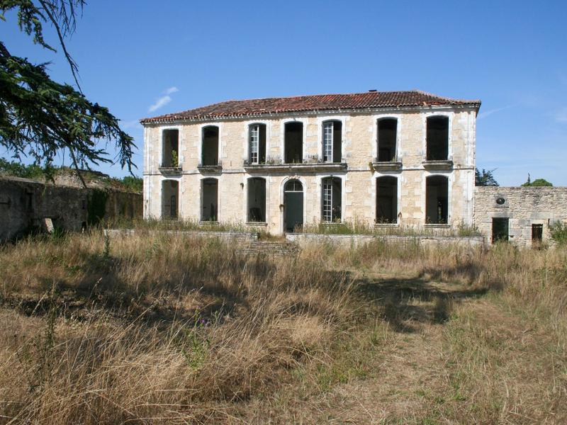A rare opportunity to acquire a private estate on this scale for this budget. Centred around a grand country house (448m2), fabulous original features remain, dove cote, small original chapel all to be renovated. The roof was replaced in 2016 and much work done at this time. Huge opportunity for a gite business using outbuildings, equestrian activities, wedding or events location or a chambres d'hotes or similar.