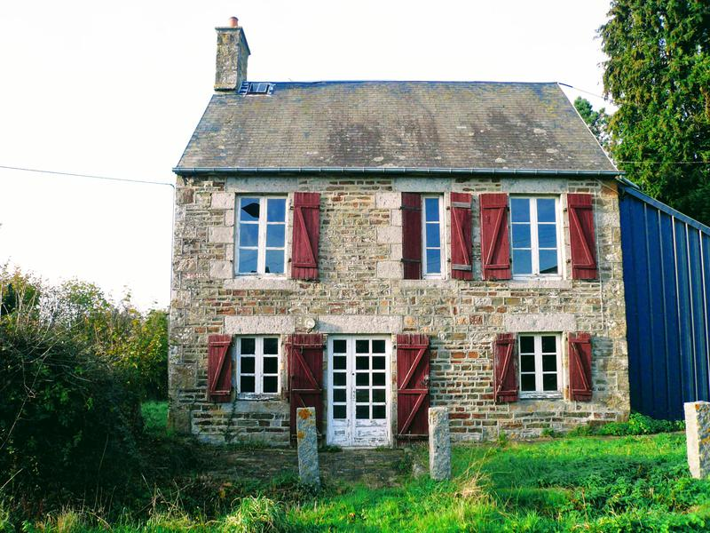 This Old detached stone house with many original features has lots of business potential. It sits on the edge of a small village in a very quiet situation with far reaching unspoiled views of the countryside. The sitting room, dining room, kitchen has tiled floor and is cosy with a fireplace for winter evenings. Normandy Orne holidays cozy