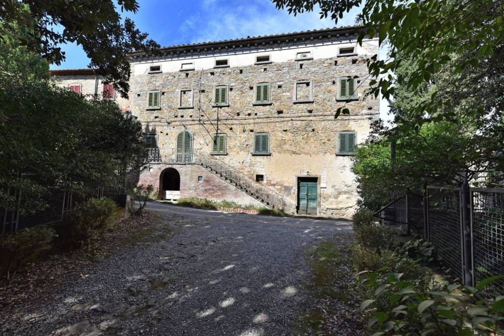 Prestigious building in the Cortona countryside! At the gates of Cortona, about 2 km from the historic center, in a charming rural setting, for sale a prestigious residence on four levels for a total of 450 square meters. The stone structure preserves its original features with vintage finishes (such as vaulted ceilings, wooden beams, terracotta floors, etc.) that highlight its charm. An evocative external staircase leads to the entrance on the first floor, where there are three rooms for the living area and a large bathroom. An internal stone staircase leads to the second floor consisting of three double bedrooms, a study and an additional small bathroom, overlooking the corridor. Finally, on the attic floor, there are three rooms to be used as attic rooms. On the ground floor they complete large cellar rooms. The property has a small outdoor private courtyard for the use of parking spaces.