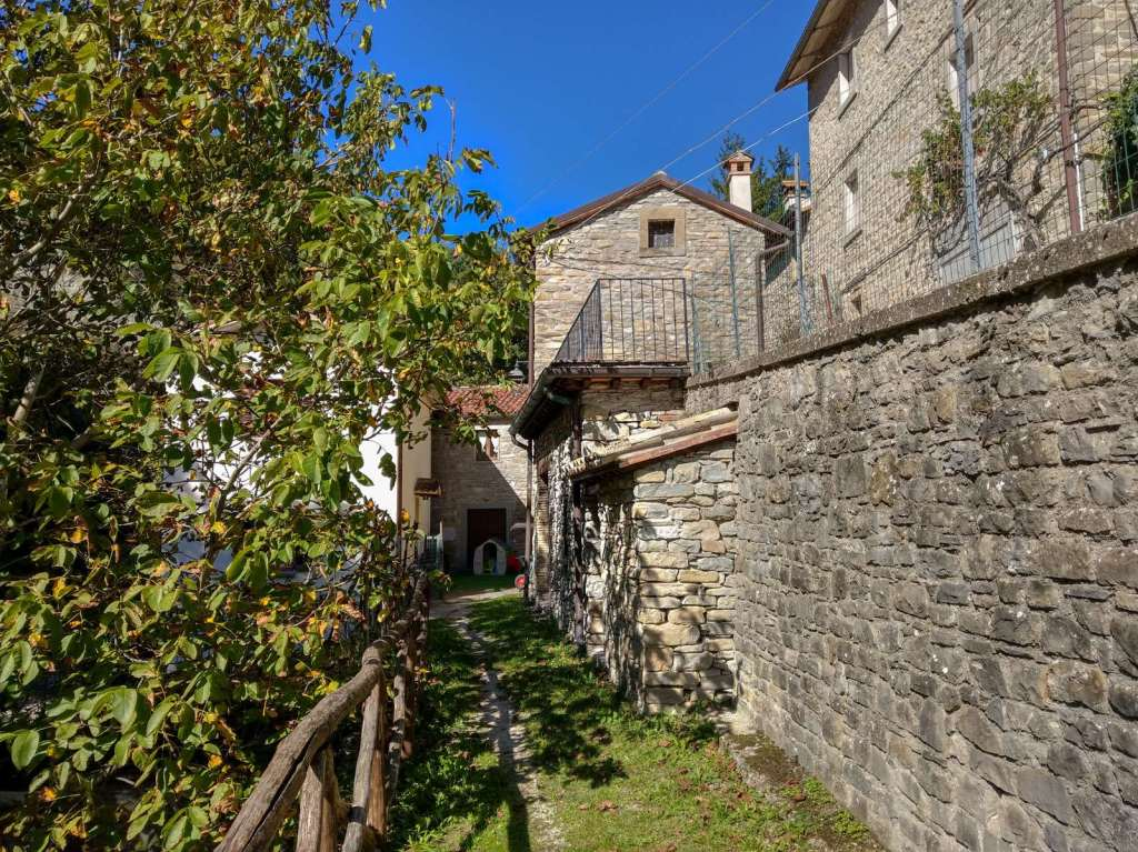 "In the historic center of Sestino, along the course of the Seminico creek that descends from the natural park of Sasso Simone and Simoncello, for sale ancient stone farmhouse. The property is located along a small path that can be reached in just a stone's throw from the central ""VI Martiri"" square. The apartment is located on the ground floor and has been completely renovated with high quality materials. The access overlooks a room with a brick fireplace that includes a kitchen and a dining room. On the right there is a double bedroom, on the left there is the bathroom and an additional room that can be used as a living area or as a second bedroom. Inside the property there is a small private courtyard and a small storage room accessible from the outside. It is possible to buy only the apartment on the ground floor (the subject of this Ad) or even the one-room-flat on the upper floor to have the entire farmhouse."
