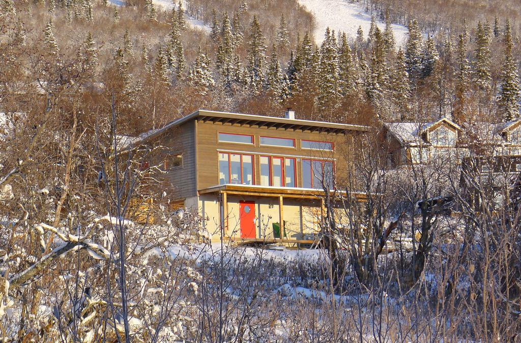 Happy Monday! I normally don't feature new builds, but I've been dreaming about this cozy Swedish ski cabin for a week or two! The views are stunning. Scandinavian minimalism paired with warm wood and the buttery sun pouring in the windows! I love the chic après-ski vibes.Newly built cottage in prime location with stunning panoramic views! Large balcony with magical view. Stove.   Welcome to a newly produced cottage with a perfect location to the hotel, the inn and the ski slope! Initial hall with space for outer garments. Then, through a large, light generous social gathering is met, which is directly connected to the fully equipped kitchen. The light penetration of the large windows is palpable and the spectacle of the beautiful view gets stuck on the retina. In addition to the heat, the centrally located stove contributes with a large dose of cozy and nice atmosphere. In parallel, one bathroom and three bedrooms. On the ground floor there is a rental apartment of about 30 sqm. With kitchen, bathroom and bathroom. In addition, there is a scooter garage of just under 40 sqm.