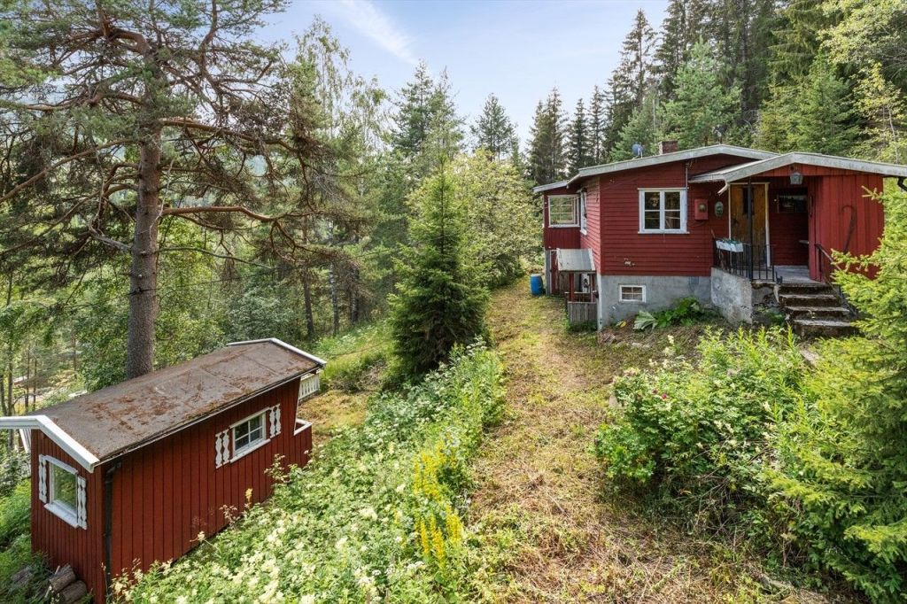Cabin and annex in well-suited year-round outdoor area. Large self-owned plot. Sold furnished. The cottage is located in a small cottage field on Meheia by Bråten, an area close to the Telemark border, between Kongsberg and Notodden. The area around the cottage is well suited for outdoor activities. fishing opportunities, swimming opportunities, hiking trails, shooting center, ski slope, and Kongsberg Ski Center a short drive from the cabin. Easy access to the cabin with public transport and bus stop on Meheia, if you need a car-free alternative. Secluded location with nice view of Bråtavannet.  Older single cabin contains: spacious living room with sleeping alcove, kitchen, bedroom and hallway. Basement / cellar under the cabin. Toilet room on the outside. House / annex with family room.