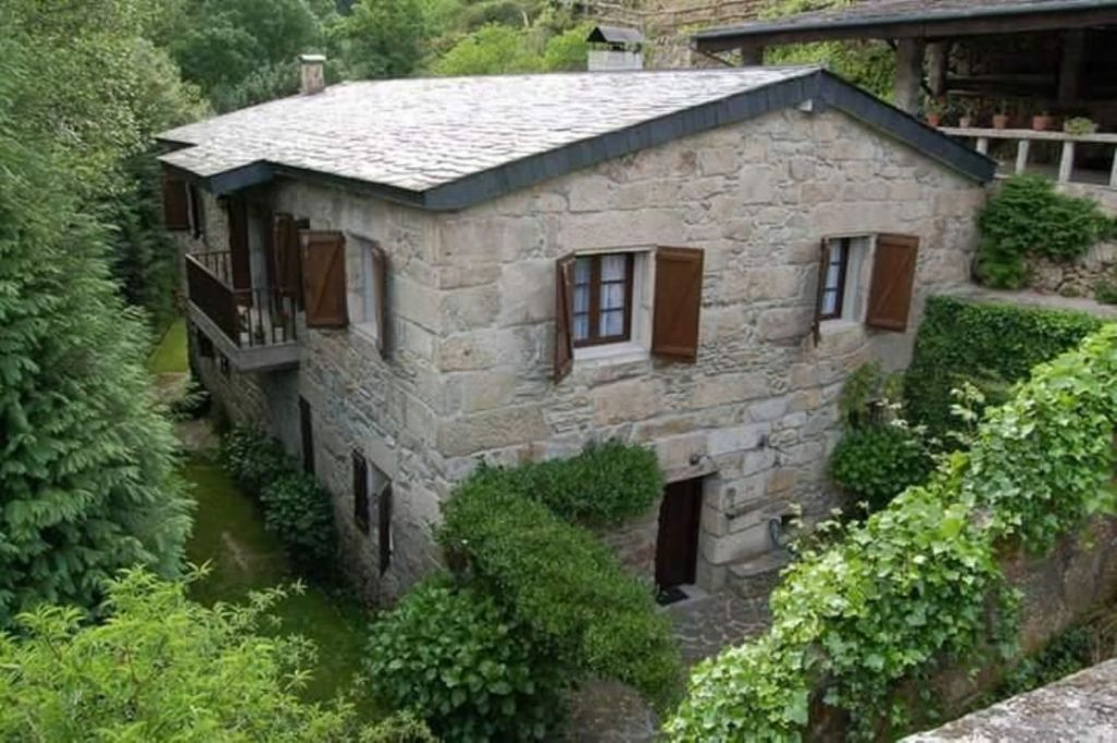 Beautiful stone mill restored on the banks of the Bubal river, on the Sil-Miño river mouth, in Os Peares, 20 km. of Ourense. Ground floor: kitchen, toilet, living room with machinery of the mill restored. Upper floor: 3 bedrooms with bathroom, living room. Finca of 1.965 m2, with pond, fountain and Nice views of the river.