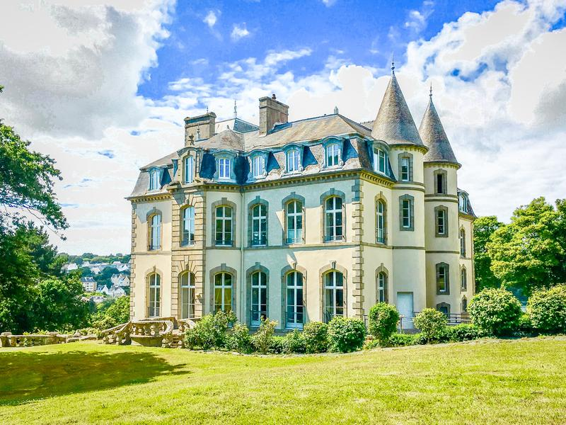 This well-appointed studio apartment with a large private terrace in a converted château, would make a great holiday get-away, or it could be bought as an investment. It lies close to the charming town of Audierne which has boulangeries, restaurants, shops and other necessary amenities. Quimper is 40km away for links beyond.