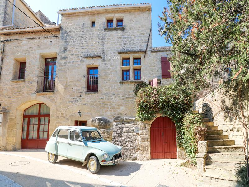 Magnificent well renovated village stone house from 16th century in 3 levels of 185 m² with terrace and courtyard with jacuzzi in charming village near Uzès, close to the Pont du Gard.