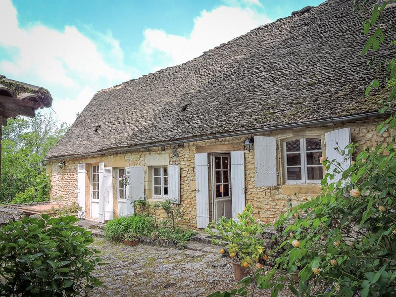 This charming home is situated in easy reach of the center of Montignac and comprises an old stone cottage with modern extension (3/4 bed - 1 bath) offering large and airy living space. The property is in need of some internal updating but benefits of oil central heating and sits in over 17 acres of wooded land with a well. Garage / workshop and small wooden garden shed. No close neighbors. Local amenities at 4,5 km with grocery shop - restaurant - bar.