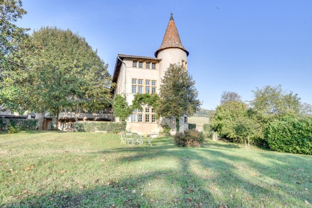 Castle wing located at the Portes du Beaujolais, in the town of Anse, 25 km from Lyon. Listed historic monument. Beautiful character house of around 300 m² on 500 m² of land. It consists of an entrance hall with a 17th century chapel door, a reception room of 47 m² with Gothic fireplace, French ceilings, kitchen opening onto the terrace, monumental staircase giving access to the 1st floor, utility room, large vaulted cellar of 45 m². On the 1st floor, two bedrooms and billiard room, bathroom, WC. On the 2nd floor, 3 bedrooms, a shower room, 50 m² attic with windows. To discover in our two Pierres Dorées agencies in Villefranche sur Saône and Lyon Les Brotteaux.