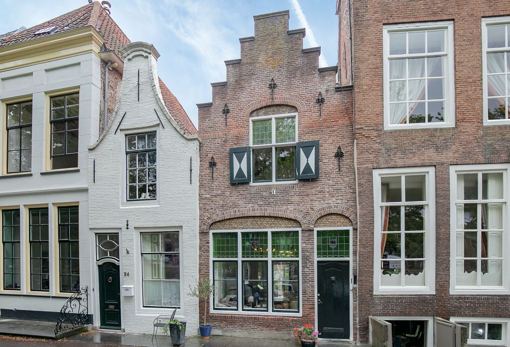 beautiful and characteristic building in a fantastic location. The house is located directly on the museum harbor in the historic center of Zierikzee. The object is very conveniently and centrally located in relation to the facilities. With the unique gate complex, the harbor with its restored ships, this site is perhaps one of the most photographed locations in our country. Catering establishments, shops, the old and the new harbor are all within walking distance of the house.