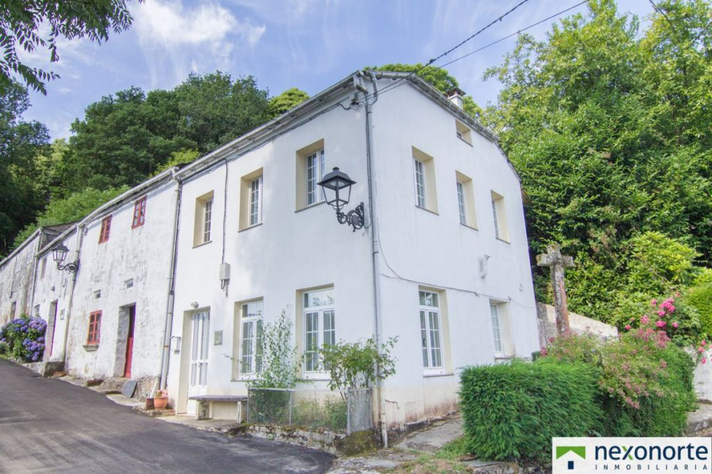 Habitable, sunny house with a farm, ready to move into, with heating and all connected services. It is located in a very quiet neighborhood, surrounded by nature, in a valley crossed by the Eume river, where there are all the basic services and from where several hiking trails start.