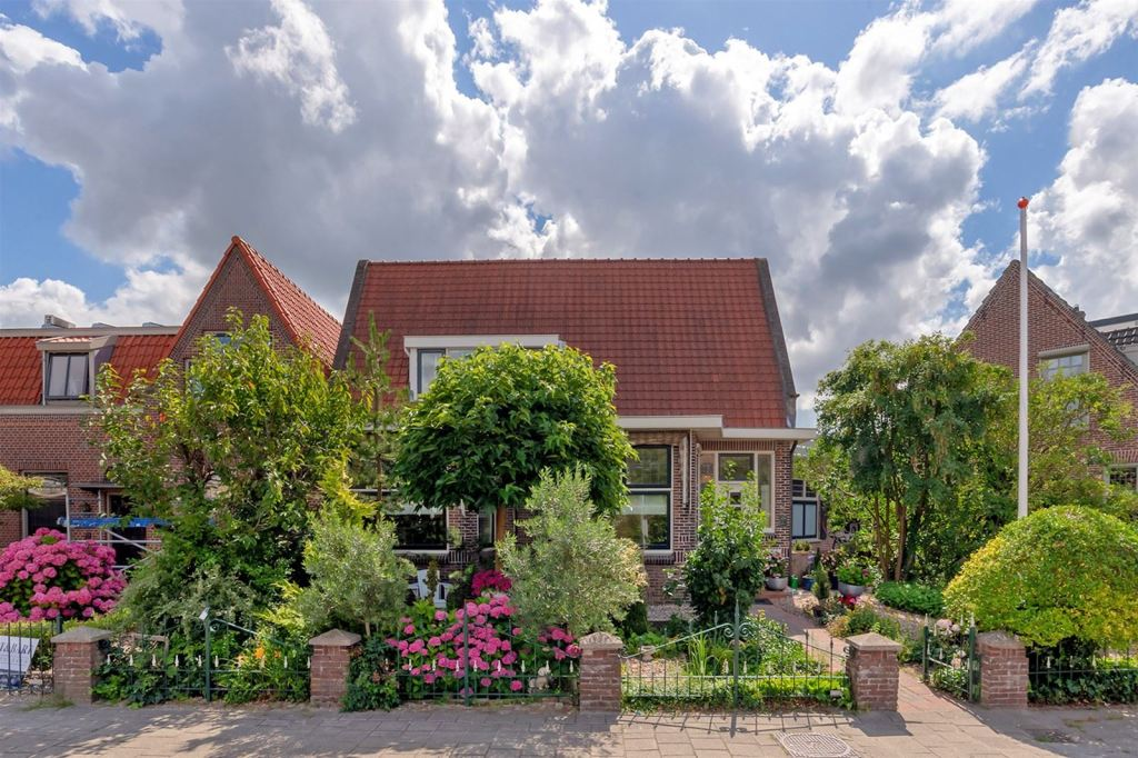 This semi-detached detached house with a large front garden is situated in a lively location, a short distance from the center of Rijnsburg. The house has a sunny backyard and balcony, with lots of privacy.