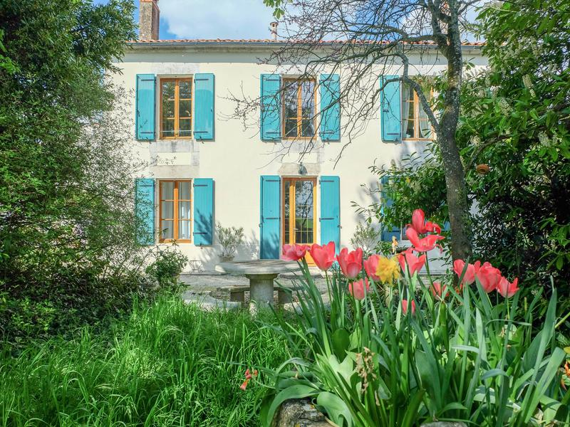 Good Monday morning, Escapists! A bright and cozy French farmhouse with guest house! With lovely gardens and countryside views!