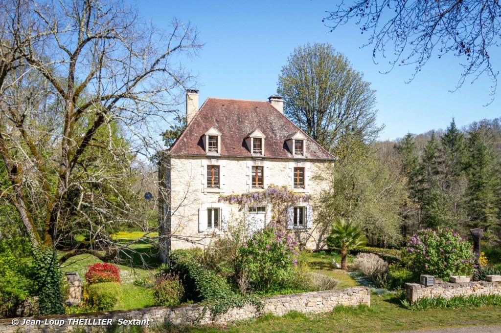 Near Payrac, is this Old Mansion of 267 m² from 1890, completely restored in 1995, with authentic and quality materials. It offers 3 bedrooms including 1 beautiful suite as well as a splendid 86 m² dormitory that can also be used as a games room. A large dining room with inglenook fireplace, original stone sink opens onto a fully equipped kitchen. Lovely views over a 2400 m² park or the church of an authentic village are offered from all the windows of the building. A special atmosphere of calm and quality really emanates from the place, both inside and outside, and really makes you want to settle down and stay there. Some refreshments to plan to bring some parts up to date, but this is a property for lovers of places apart.