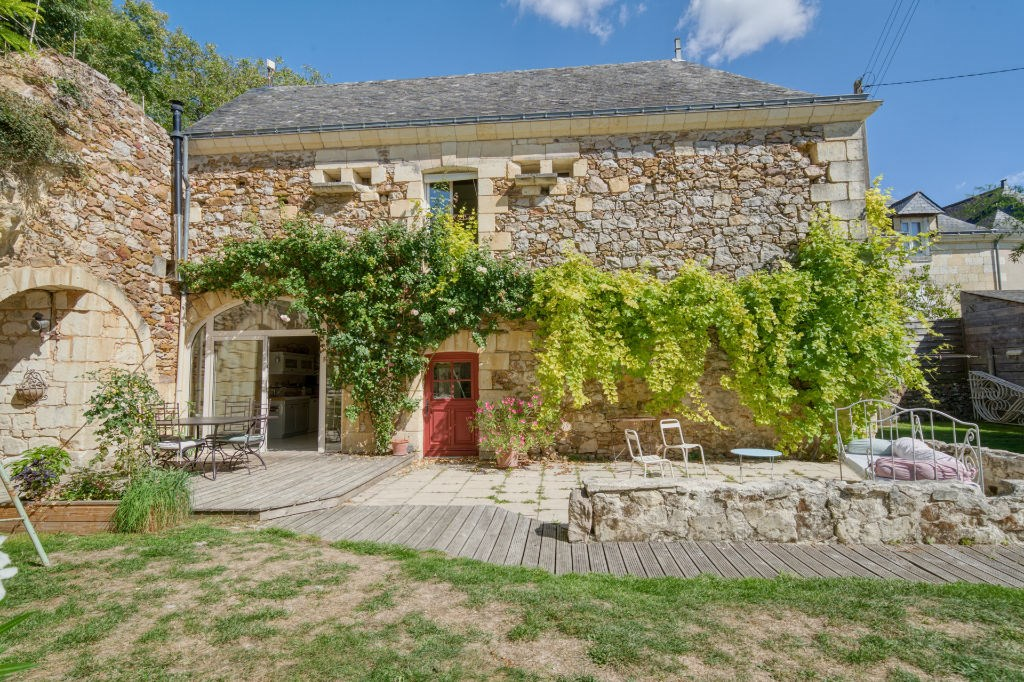 In the Loire Valley, in the authentic commune of Coutures, this semi-troglodyte house of nearly 170 m² offers a bucolic environment in the heart of the Brissac-Loire-Aubance vines. This charming Loire Valley property offers an exceptional living space, typical of this region. The cellars from the 18th and 19th centuries have benefited from a luminous extension, where stone is omnipresent. Outside of conventions, this building of character offers different living spaces. A living room, heated by a pellet stove, offers a layout full of authenticity where time seems to have stood still. A second living room, facing the exterior, accommodates the kitchen and a dining room, extended by a cozy living room. The non-standard openings allow direct access to the terrace and the garden. The first floor consists of three bedrooms, a bathroom, and a dressing room. The garden of nearly 1000 m² houses a large outbuilding that can serve as a gîte, artist's studio or gives free rein to various possibilities. Two large troglodyte cellars and a vegetable garden complete this property. In the heart of a peaceful and unspoiled environment, this property is located 10 minutes from the Château de Brissac-Quincé and its amenities, and less than 5 minutes from the shops of Coutures.