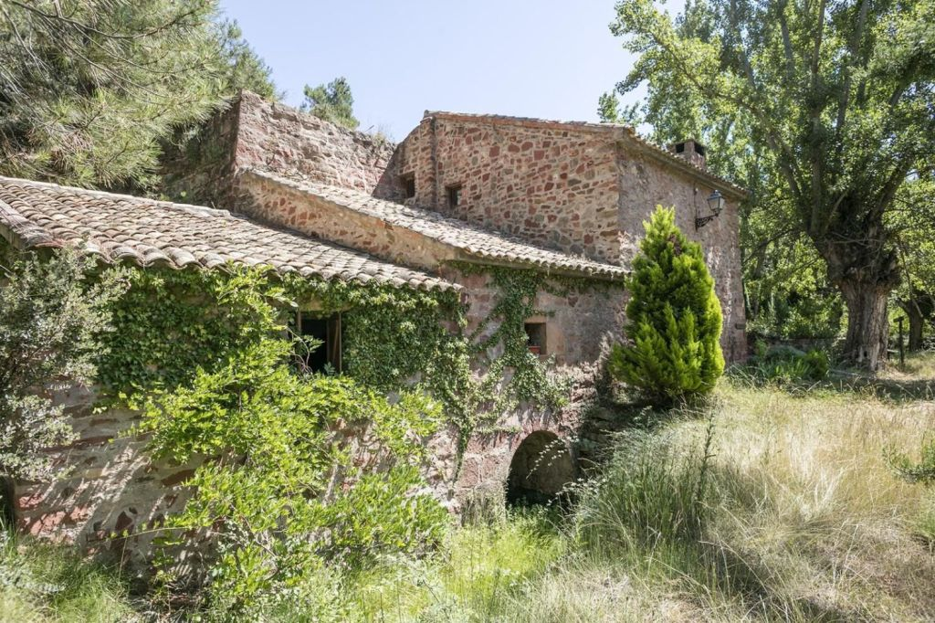 In a peaceful setting by a narrow stretch of the River Cabra, fresh from its journey over the Sierra de San Just, stands this characterful 17th-century flour mill, its original mill stone still in place. The driveway to the house is spectacular, but does have some steep sections, which means a 4x4 vehicle is recommended.
