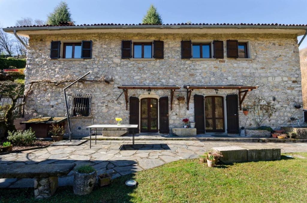 In a green and quiet single villa in a Bergamo farmhouse with typical construction features kept in their original state. Distribution of living spaces on two floors: ground floor entrance, open kitchen and living room with fireplace, hallway, bathroom and staircase for access to the first floor consisting of 3 bedrooms and bathroom. Single garage and boiler room / laundry. Driveway entrance with ample parking and flat land of 2000 square meters with fruit trees, bowling green and barbecue area, bordering the forest. Beautiful solution for lovers of nature and privacy!
