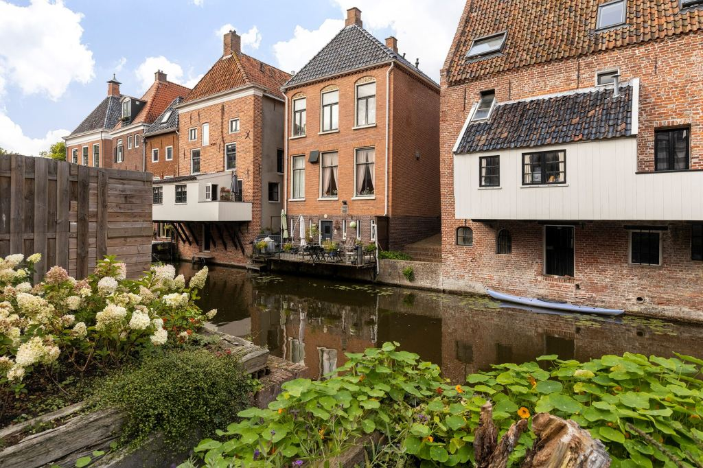 Detached and characteristic canal house in the historic center of Appingedam, in a unique location between the hanging kitchens and with a sunny terrace on the south and on the Damsterdiep. This spacious and attractive house has a total of four floors with many possibilities to enjoy living and combining living with work.