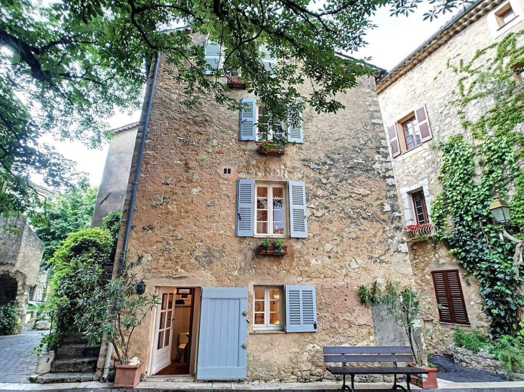 A stunning Provençal village house in well-regarded medieval hilltop village, only forty minutes' drive from Cannes and the beaches along the southern coast!