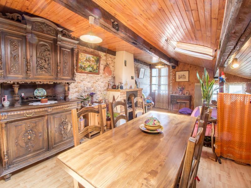 A fantastic investment opportunity to become the owner of a quaint, village house with a barn of 120 sqm laid across 2 levels in addition, and a stable of 64 sqm to renovate as well, which you will be able to convert into a beautiful mountain home- perfect as a family home or ski property.
