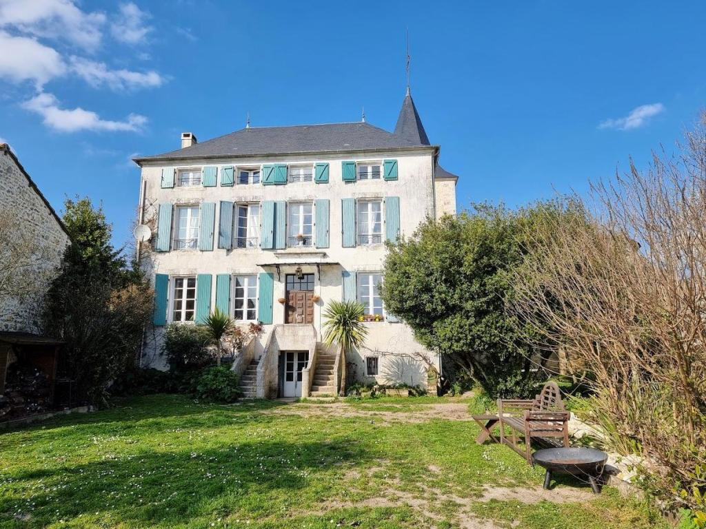 A beautifully restored historic manor house in Montmoreau-Saint-Cybard, Charente, France!