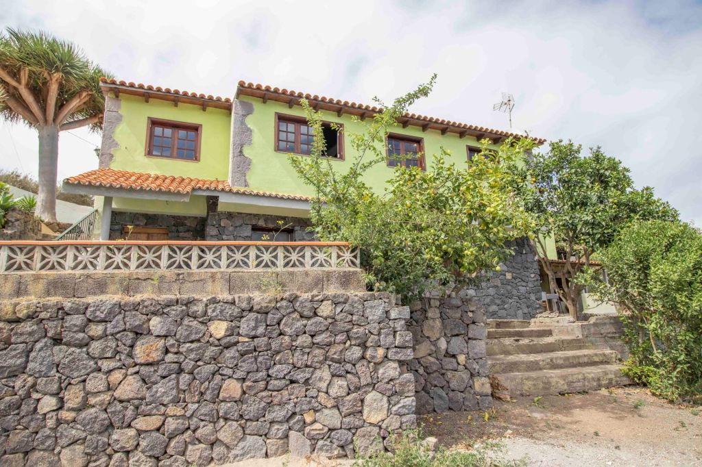 A generous and cozy country house on two fertile acres in beautiful Icod de los Vinos, Tenerife!